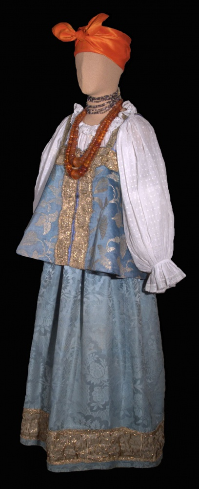 Праздничный костюм молодой женщины